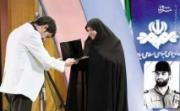 فیلم/ وقتی شهاب حسینی جایزهاش را به همسر شهید بابایی تقدیم كرد