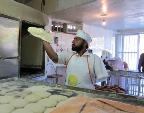 نانوای که با یک دست نان سر سفره مردم میگذارد +عکس