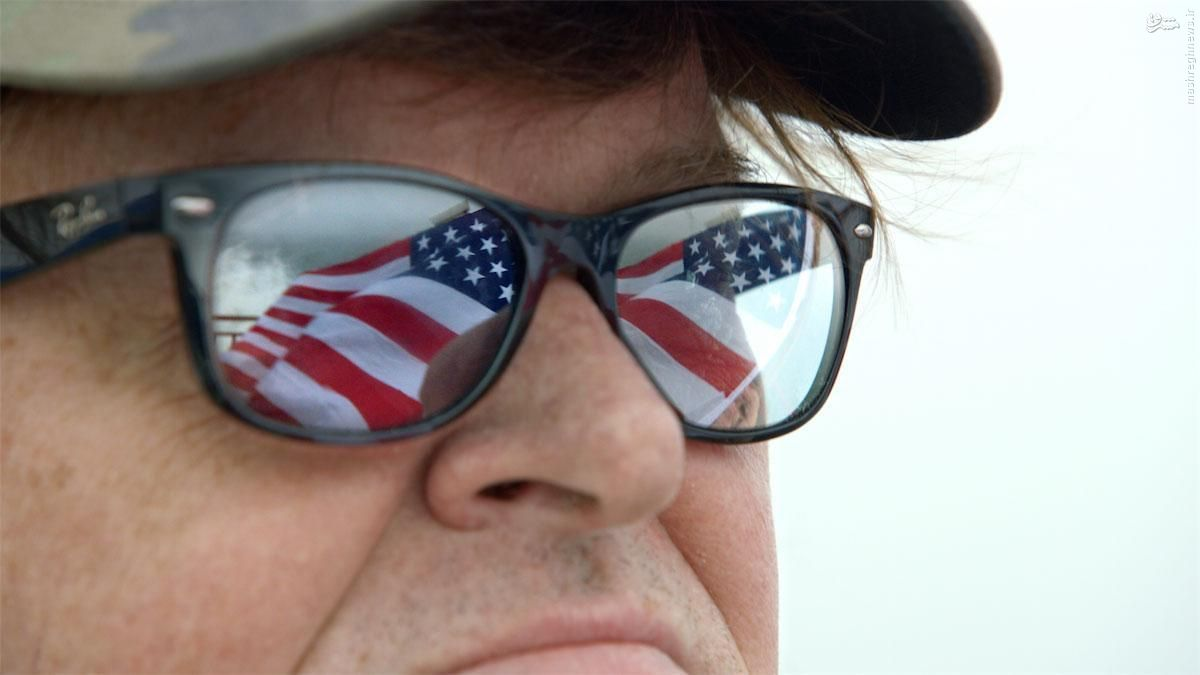 مایکل مور کلهی مجسمهی آزادی را نشانه رفت!