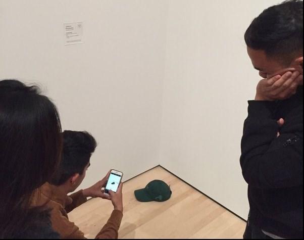 نوجوانیکه بازدیدکنندگان موزه را سرکار گذاشت+عکس