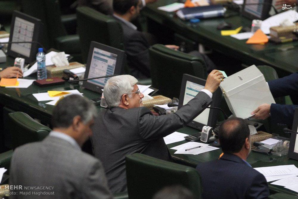 عکس/ لحظه رای دادن لاریجانی و عارف