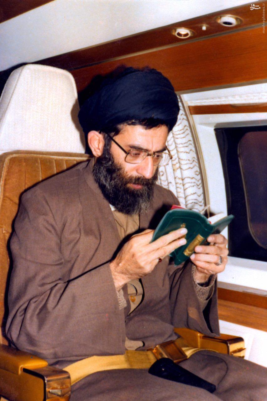 عکس/ رهبر انقلاب هنگام خواندن قرآن در داخل هواپیما