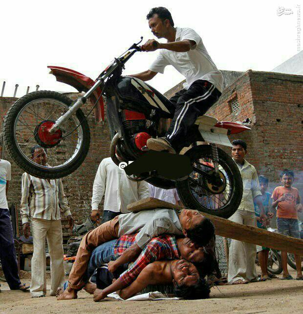 عکس/ اجرای نمایش های خطرناک هندیها در شهر احمد آباد