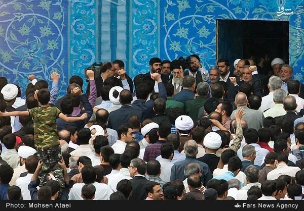 عکس/ لحظه ورود رهبرانقلاب به محل اقامه نمازفطر