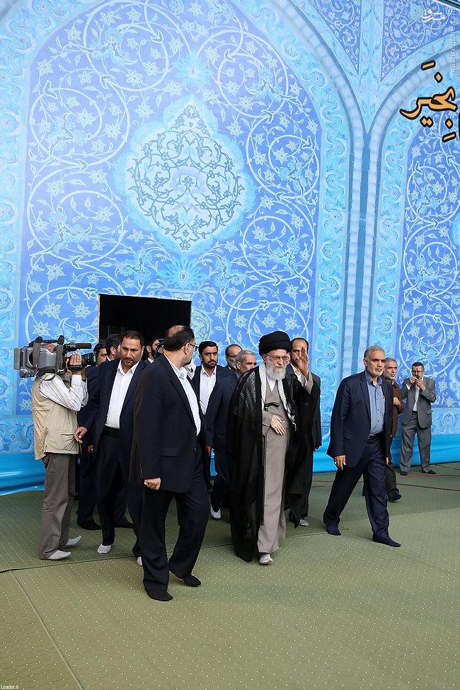 عکس/ لحظه ورود رهبرانقلاب به محل اقامه نمازعیدفطر