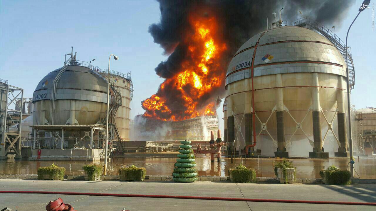 عکس/مخزن آتش گرفته پتروشیمی ماهشهر خم شد