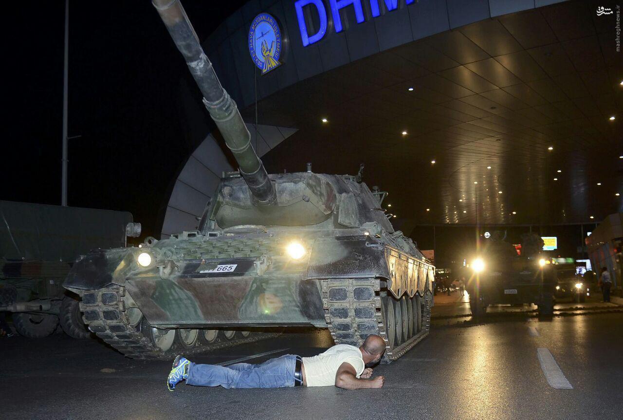 عکس/دراز کشیدن مردی جلوی تانک کودتاچیان