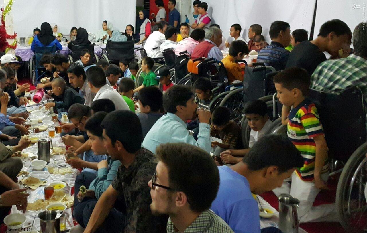 معلولان مهاجر ایرانی و افغانستانی بر «سفره کریمانه» در ماه خدا + عکس