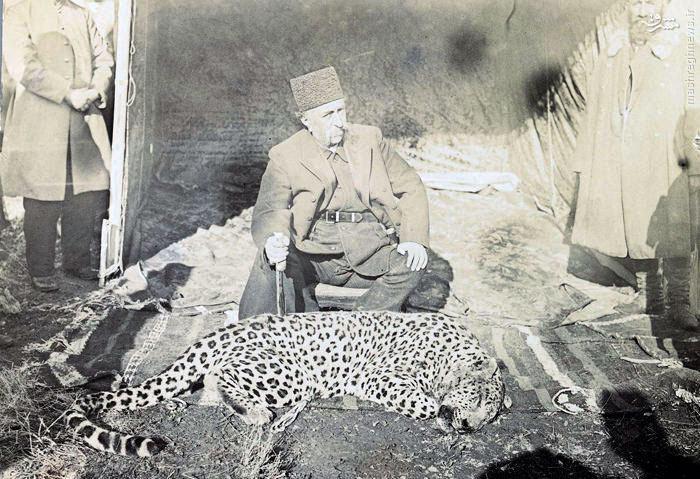 عکس یادگاری مظفرالدین شاه با پلنگ