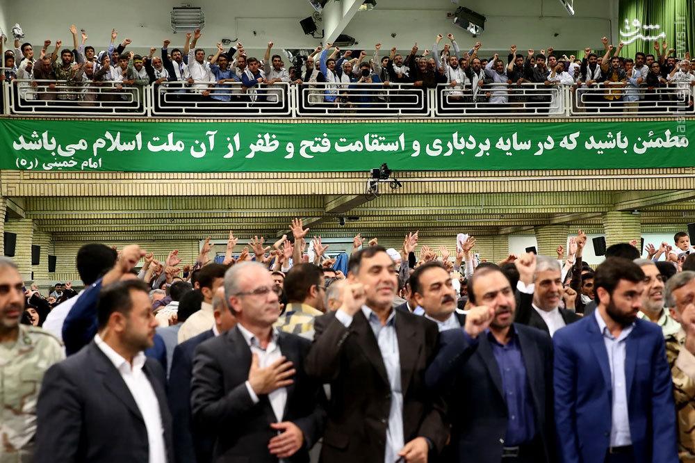 عکس/ نوشته معنادار در دیدار امروز رهبری