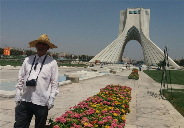 پیرمردی که ۳۷ سال است در میدان آزادی عکس یادگاری میگیرد +عکس