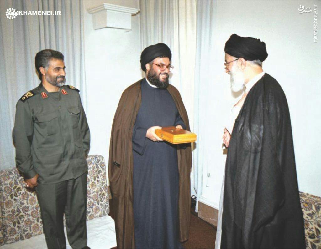 عکس/ اهدای قرآن توسط رهبر انقلاب به سید حسن نصرالله