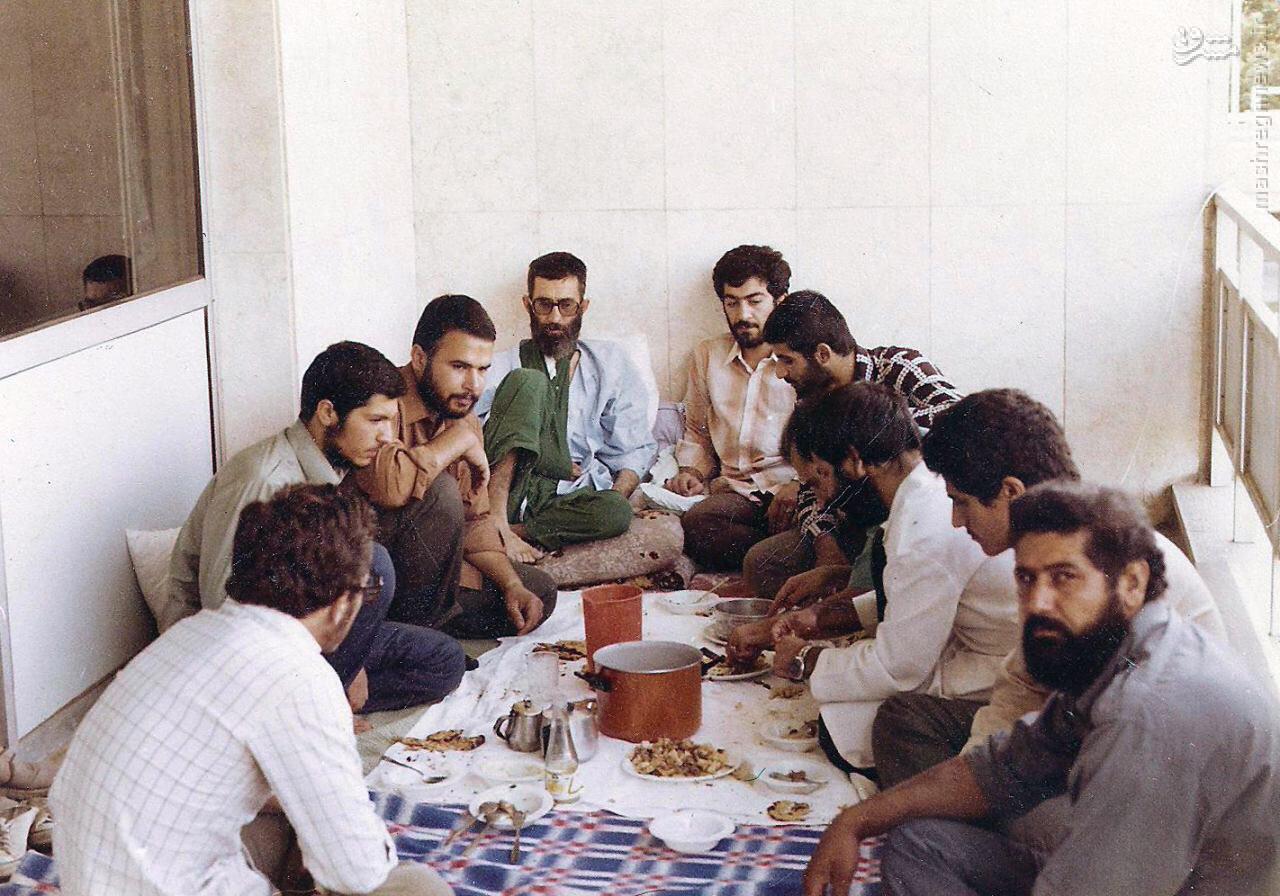 عکس/ رهبر انقلاب در دوران نقاهت پس از ترور