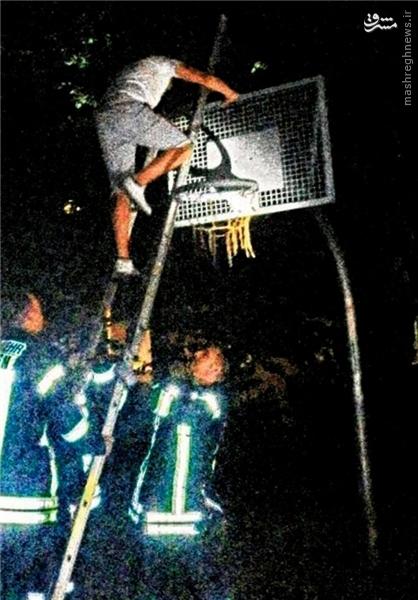 یک بازیکن در سبد بسکتبال گیر کرد! +عکس