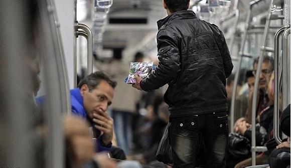 یک روز در بازار تاریک اما طلایی مترو به دنبال «مافیای دستفروشی»/ رقابت کودکان کار با فروشندگان محصولات نانو +عکس