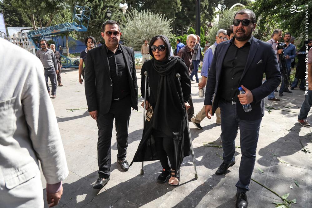 عکس/ پرستو صالحی با پای شکسته در تشییع داود رشیدی