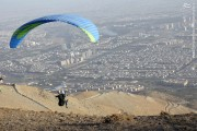 عکس/ چتربازی برفراز دریاچه شهدای خلیج فارس