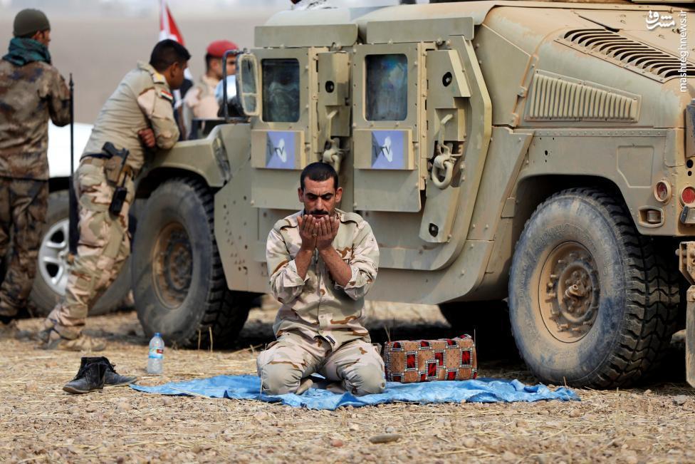 عکس/ نماز رزمنده عراقی در حاشیه عملیات آزادسازی موصل