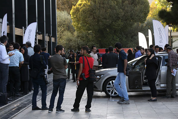 اعتراضها به رونمايي خودرو در تالاروحدت بالا گرفت +عکس