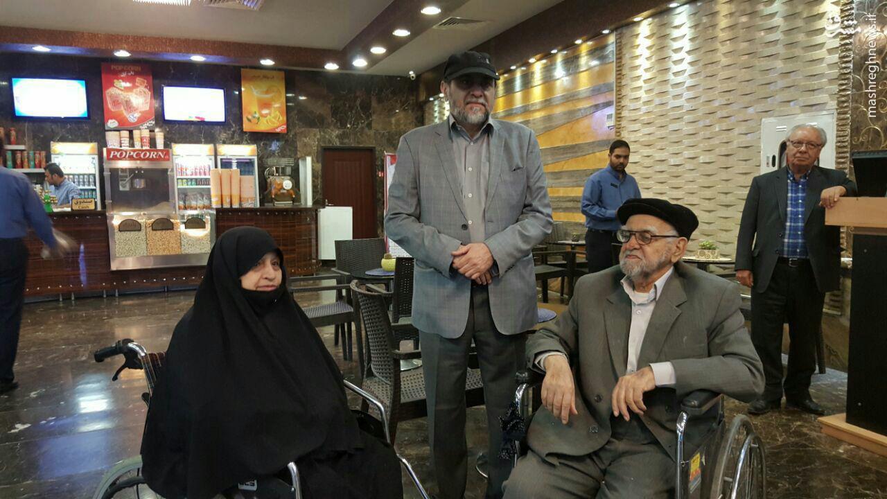 عکس/ رحیمپور ازغدی با پدر و مادرش در سینمای مشهد