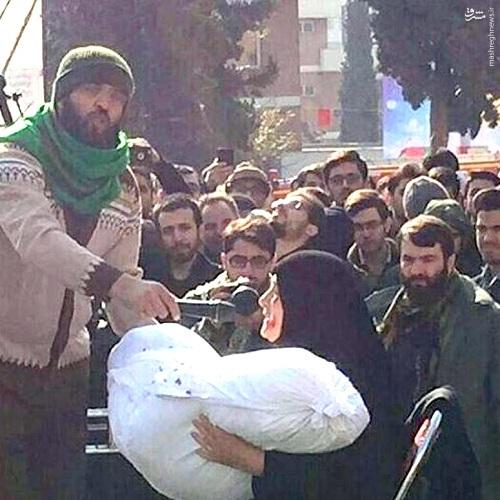 عکس/ شهید گمنام در آغوش مادر شهید