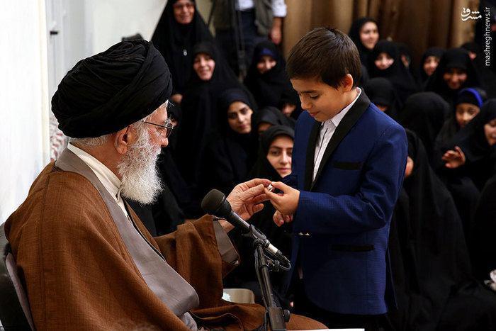 عکس/ هدیه رهبر انقلاب به فرزندان شهدای مدافع حرم