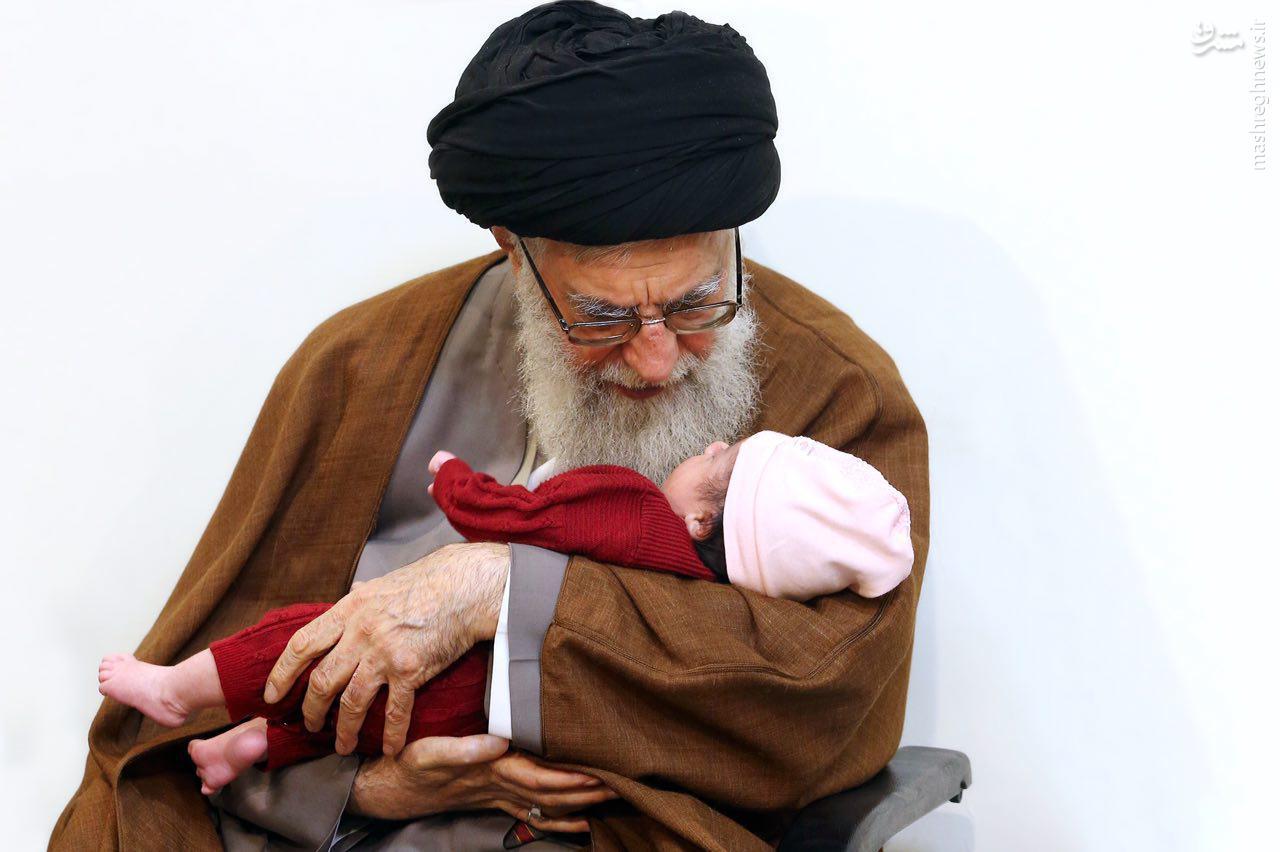 عکس/ اذان و اقامه رهبر انقلاب در گوش نوزاد شهید بلباسی