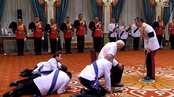 421803 شیوه عجیب ادای احترام مقابل پادشاه تایلند!