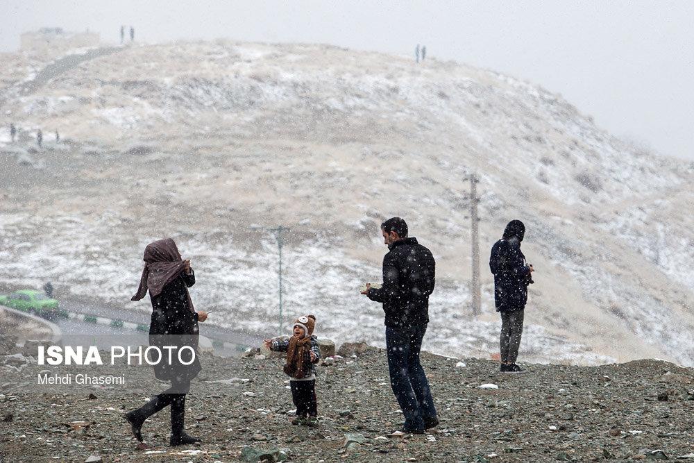عکس/ شادی تهرانیها از اولین برف پاییزی
