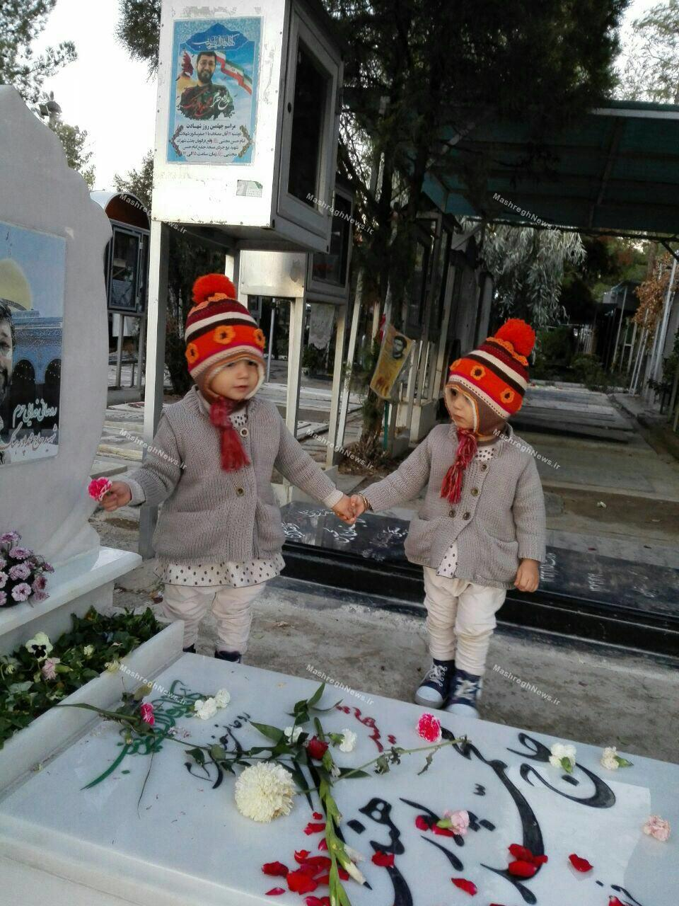 عکس/ دوقلوها سنگ مزار را به پدرشان هدیه دادند