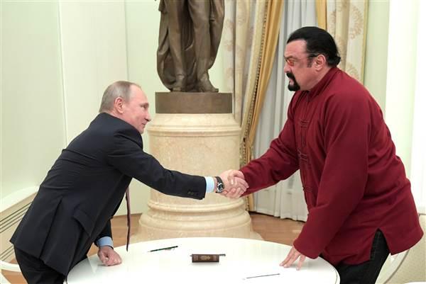 بازیگر و رزمی کار معروف آمریکایی از پوتین گذرنامه روسی دریافت کرد