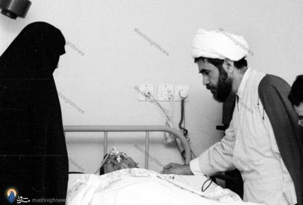 لحظاتی پس از بستری شدن هاشمی رفسنجانی در بیمارستان شهدای تجریش. شهید مفتح و عفت مرعشی بربالین وی حضور دارند