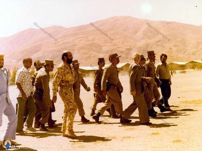 1358/ کردستان، شهید دکتر مصطفی چمران در کنار اعضای دولت موقت