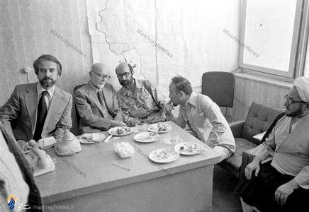 1358/ کردستان، شهید دکتر مصطفی چمران در کنار آیت الله صادق خلخالی و اعضای دولت موقت