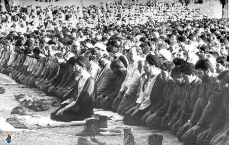 1358/ نمازجمعه تهران، شهید دکتر مصطفی چمران در اقتدا به رهبرمعظم انقلاب