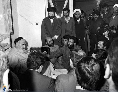 1359/ شهید دکتر مصطفی چمران در کنار امام خمینی در دیدار نیروهای هوانیروز