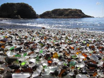 ساحل شیشه ای در کالیفرنیا پس از سالها ریختن زباله ها توسط مردم محلی در خیزاب کنار دریا شکل گرفت. ریختن زباله در نهایت ممنوع شد اما شن های از جنس شیشه باقی ماندند.