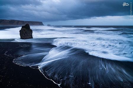ساحل های سیاه رنگ به این دلیل در ایسلند زیاد وجود دارند که ایسلند سرزمینی است که فعالیت های آتش فشانی زیادی دارد.