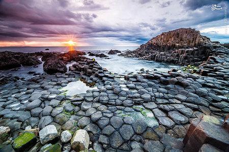 این ساحل در ایرلند حدود ۵۰ تا ۶۰ میلیون سال پیش زمانی که گدازه های بازالت به این سطح راه یافت و سرد شد تشکیل شده و این ترک خوردگی ها و ستون های عظیم را شکل داد.