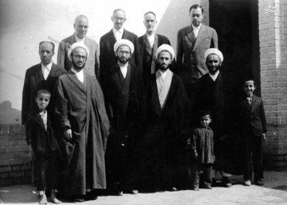 استاد علی دوانی در کنار آیات عظام: مکارم شیرازی، نوری همدانی و جعفر سبحانی