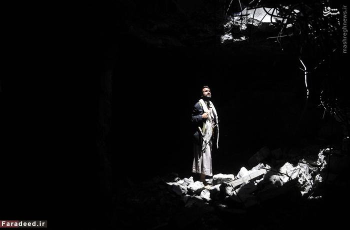 مردی ایستاده میان ویرانههای خانه مسکونی در صنعا که هدف بمباران جنگنده های سعودی قرار گرفته است. 9 سپتامبر