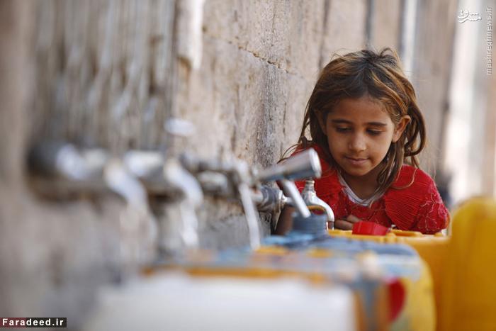 دختر یمنی در حال پر کردن آب از یک مخزن عمومی در صنعا؛ در پی حملات عربستان بحران آب در این کشور تشدید شده است. 25 نوامبر