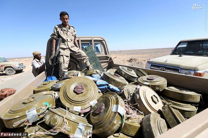 سرباز طرفدار رئیس جمهور فراری یمن با شماری از بمب های برجا مانده از