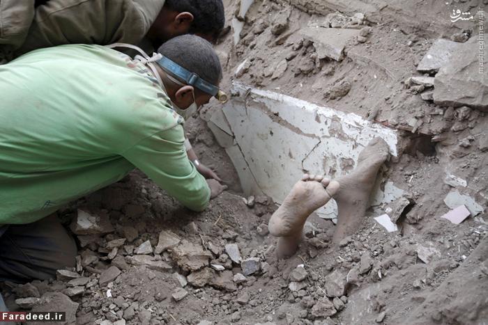 نیروهای امدادی در حال بیرون کشیدن جسد یک کودک از زیر آوارهای ناشی از حملات عربستان به صنعا. 19 سپتامبر