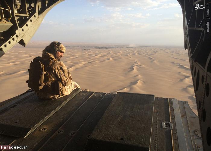 سرباز اماراتی از نیروهای ائتلاف به رهبری عربستان سعودی در حال مشاهده مواضع نیروهای مقاومت مردمی در یمن. 17 سپتامبر
