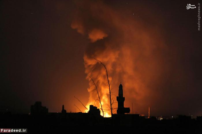 آتش و دود ناشی از بمباران صنعا توسط هواپیماهای نیروهای ائتلاف. 17 سپتامبر