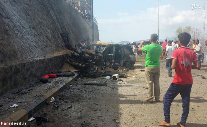 مردم در اطراف خودروی منفجر شده فرماندار