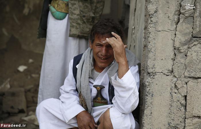 مرد یمنی در سوگ اعضای خانواده خود که در بمباران هوایی صنعا کشته شده اند گریه میکند. 21 سپتامبر