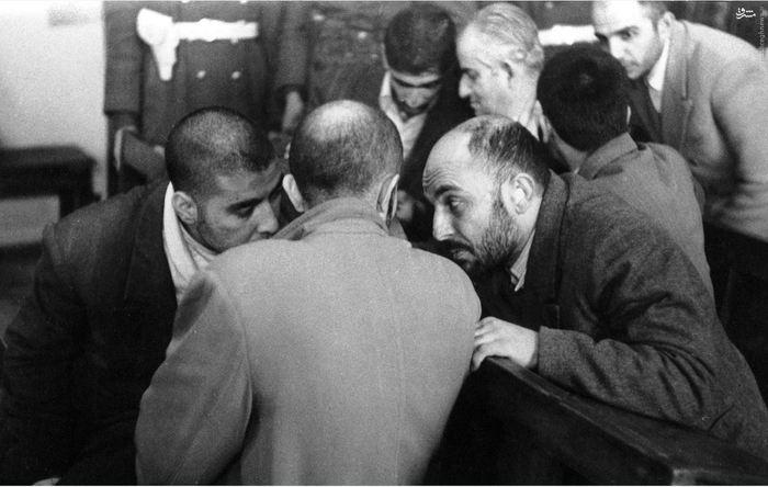 شهیدان نواب صفوی، خلیل طهماسبی و سید محمد واحدی در حال گفت و گو در حاشیه دادگاه<br />