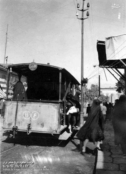پیاده شدن خانمی با حجاب خاص اوایل دوره پهلوی